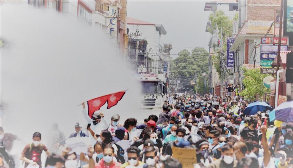 बालुवाटारमा सरकारविरुद्ध प्रदर्शन; प्रदर्शनमाथि पानीको फोहोरा र अश्रुग्यास
