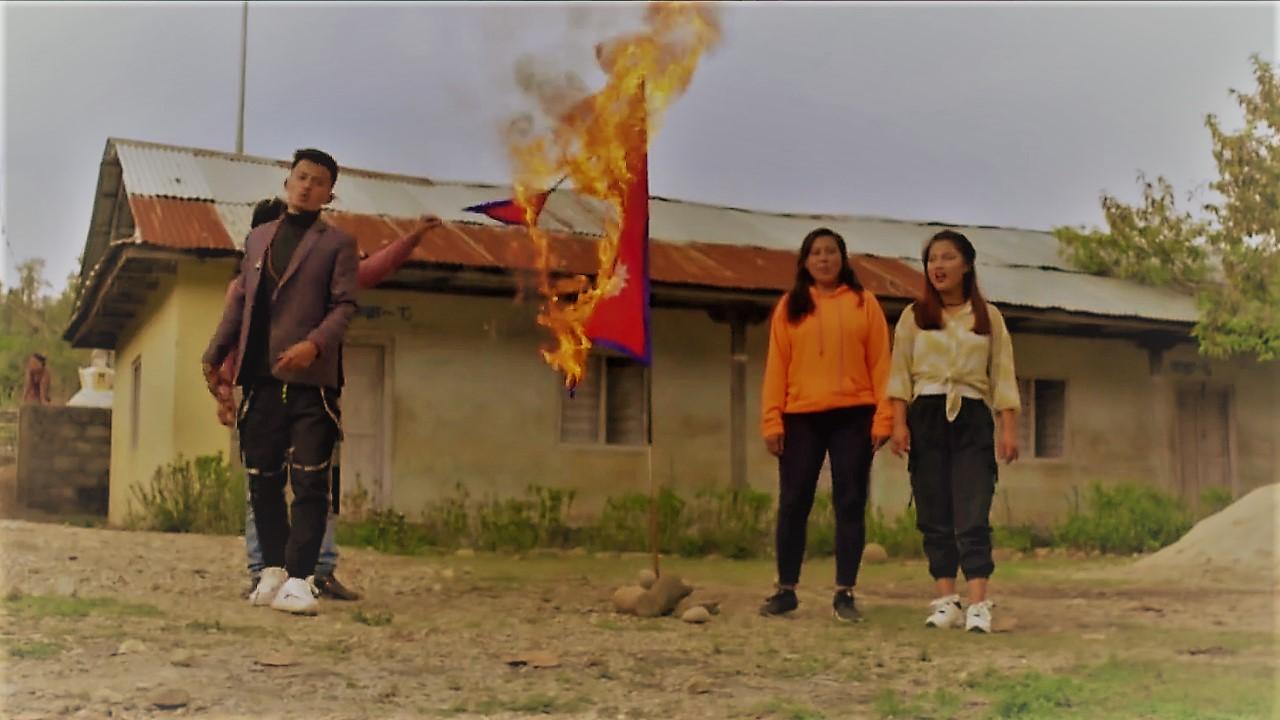नेपालकाे राष्ट्रिय झण्डा जलाएर म्युजिक भिडियो बनाउने समूहका ९ जना पक्राउ