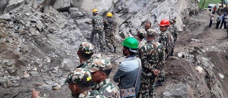 नेपाली सेनाले निर्माण गरेको नेपाली बाटो प्रयोग गर्दै छाङरु र तिङ्करवासी