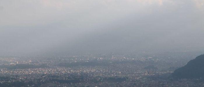 काठमाडौंको प्रदूषण: बादलले माथिबाट छोपेपछि बढ्याे, आकास खुलेपछि हट्छ