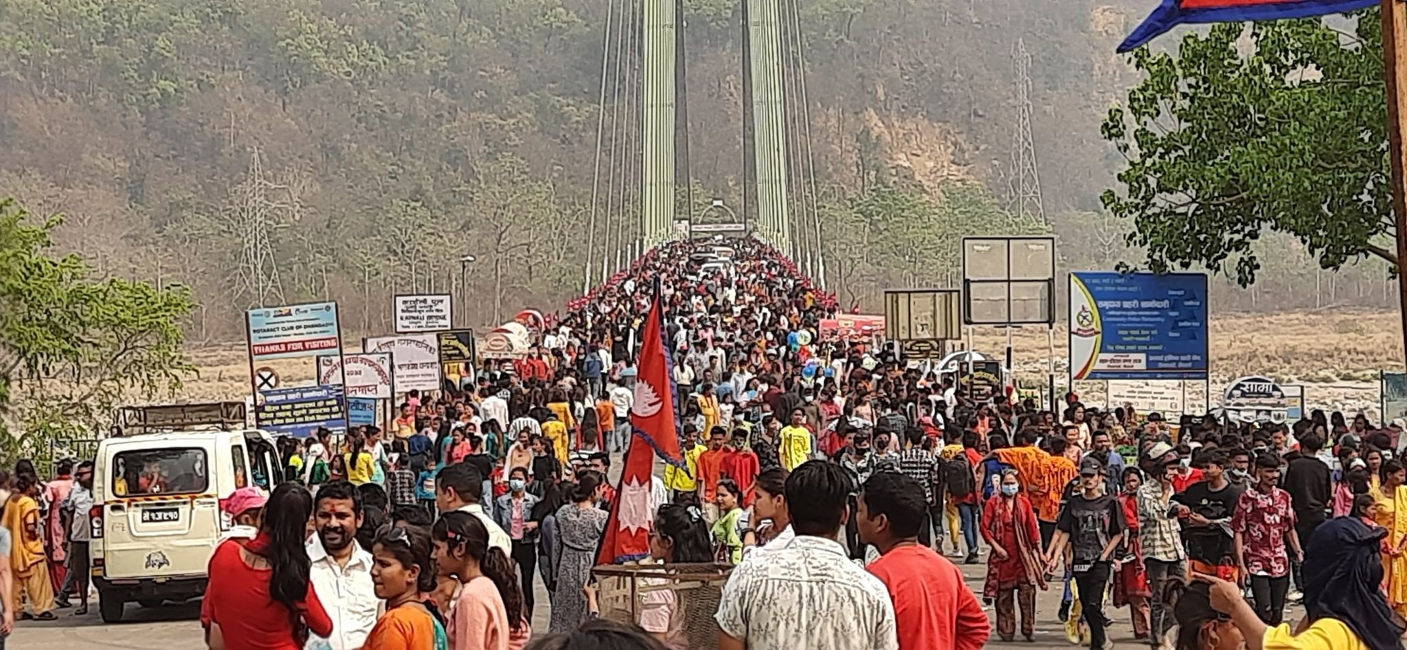 नयाँ वर्षको दिन कैलालीको कर्णाली पुलमा पुगेका आन्तरिक पर्यटक