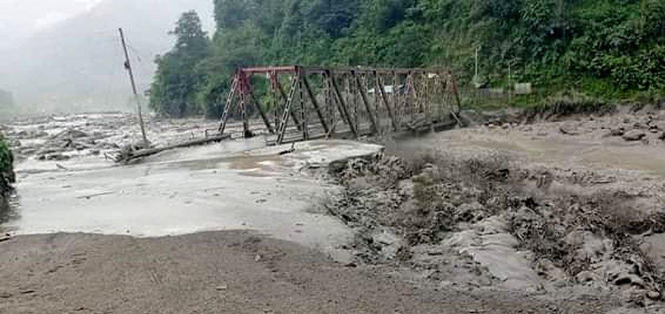 सिन्धुपाल्चोकमा पुनः बाढी: पुल र घरटहरा बगायो